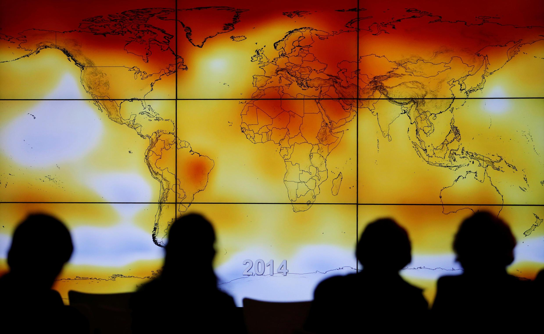 Các đại biểu tham dự COP21 Paris 2015 đang nhìn vào màn hình hiển thị bản đồ thế giới với các dị thường khí hậu, ngày 08/12/2015.