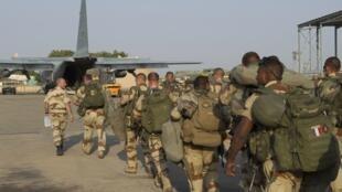 Des militaires français décollent de la base de Ndjamena au Tchad pour se rendre au Mali, le 12 janvier 2013.