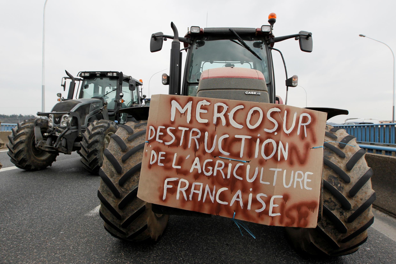 Protesto de agricultores franceses com tratores contra o acordo entre a UE e o Mercosul.