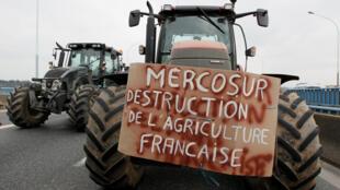 Los agricultores franceses protestan con sus tractores en la autopista A7 contra las negociaciones del TLC entre la UE y el Mercosur, en Pierre-Benite cerca de Lyon, Francia, 21 de febrero de 2018.