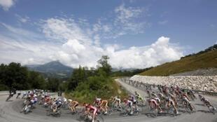 Đoàn đua Tour de France đổ đèo  trên dãy Alpes ngày 18/7/2013.