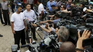 Os australianos Myuran Sukumaran e Andrew Chan, condenados à morte, falam à imprensa