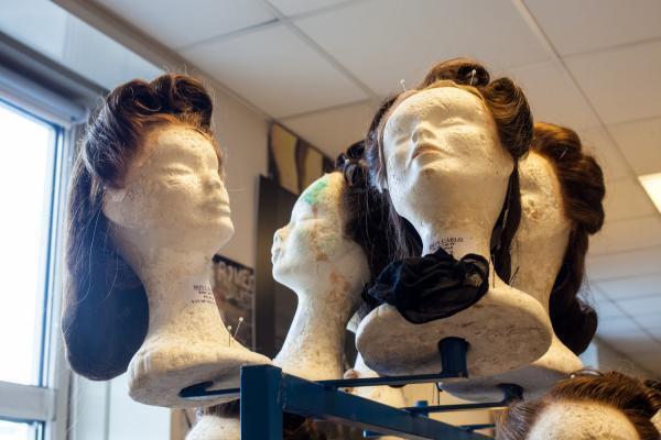Исторический спектакль требует парика той же эпохи. В этой работе главное подспорье — музеи и живопись.