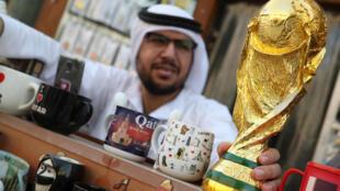 Муляж кубка ЧМ по футболу в сувенирной лавке в Дохе