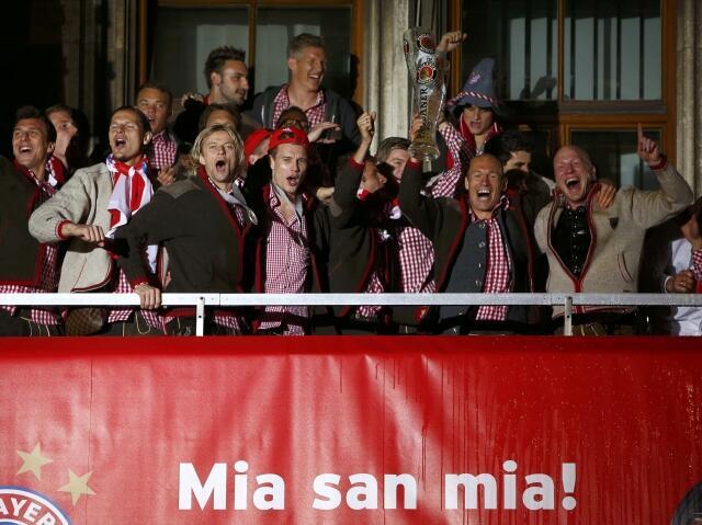 Jogadores do Bayern de Munique comemoram título de campeão alemão na sacada da prefeitura da cidade.