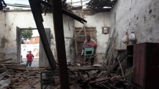 Nicaraguense recupera objetos de su casa de la ciudad de Nagarote, destruida por un nuevo sismo. / REUTERS - Oswaldo Rivas