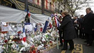 Presidente do Chile, Michelle Bachelet depõe ramo de flores  em nome das vítimas dos atentados  de 13  de Novembro em Paris, te da sala de espectáculos Le Bataclan. Paris,18 de Dezembro de 2015 .