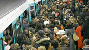 Passengers struggling to get onto crammed Paris metro, 2007.