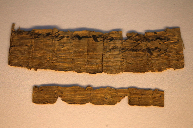 Les fragments de papyrus où sont inscrits le mot «Jérusalem» en hébreu, présentés à Jérusalem, le 26 octobre 2016.