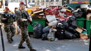 O lixo acumulava-se hoje em algumas das grandes artérias de Paris.