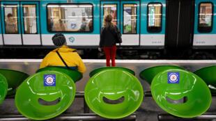 Unas pegatinas con la leyenda 'Por la salud de todos, dejemos libre este asiento' se ven el 29 de abril de 2020 en un andén del metro de París, con el fin de mantener el distanciamiento físico por precaución ante el coronavirus