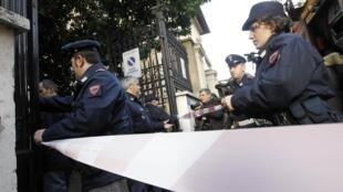 Polícia em frente à embaixada do Chile em Roma.