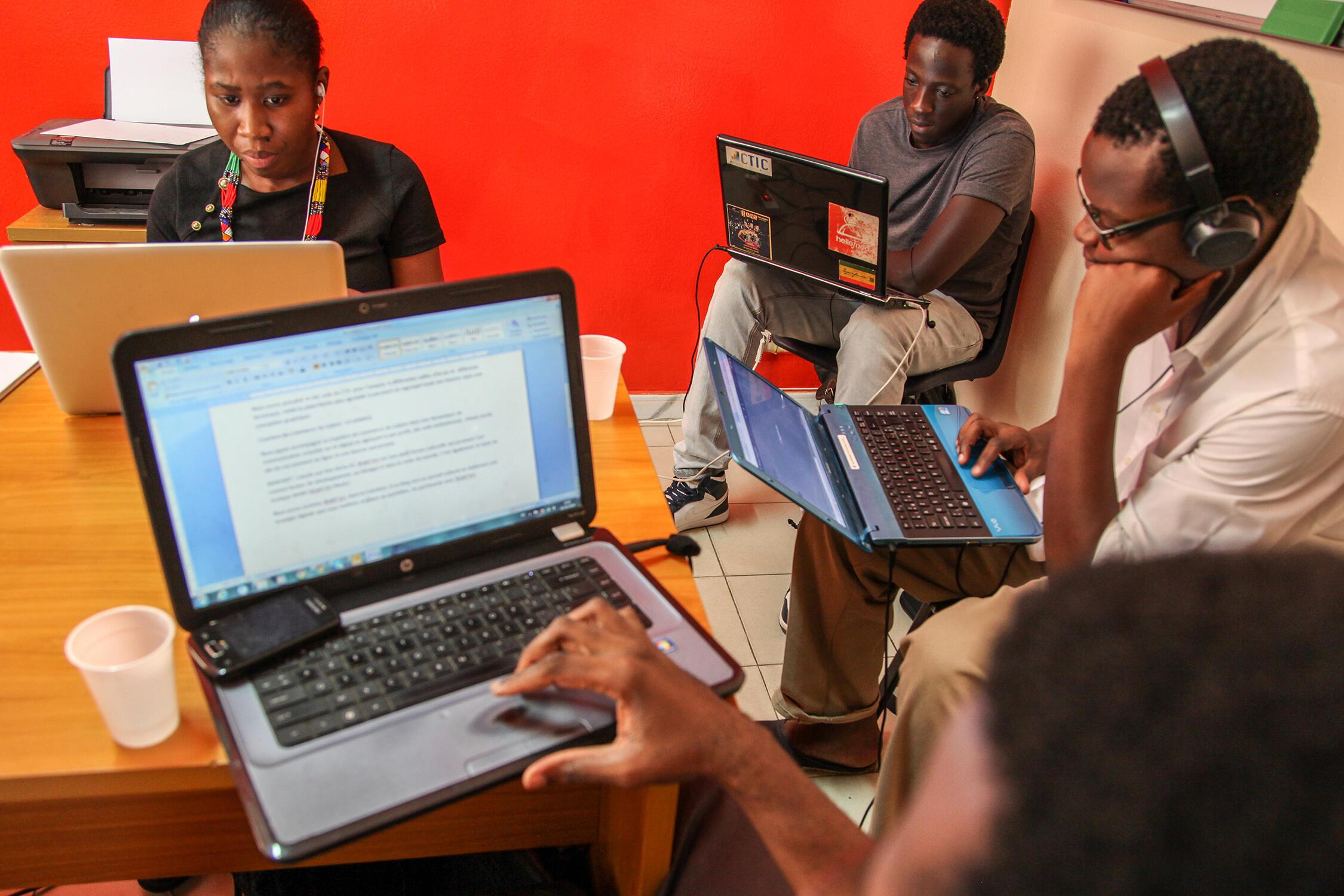 Dans les locaux de By Filling, l'équipe dirigée par Mohammed Diallo fait de la «conversation digitale», et du marketing en ligne.