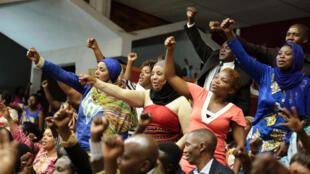 Rwanda. La population venue nombreuse, le 14 juillet 2015, pour soutenir les sénateurs et députés, lors du vote sur la réforme constitutionnelle.