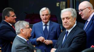O negociador do Brexit para a União Europeia, Michel Barnier (centro), conversa com comissários europeus em Bruxelas antes do início da reunião de cúpula do bloco.