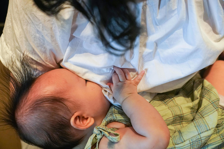 La falta de regulación y la publicidad agresiva de la leche artificial para bebés, así como el desconocimiento médico contribuyen entre otras causas a los bajos niveles de lactancia materna en China. Foto del 5 de agosto de 2020