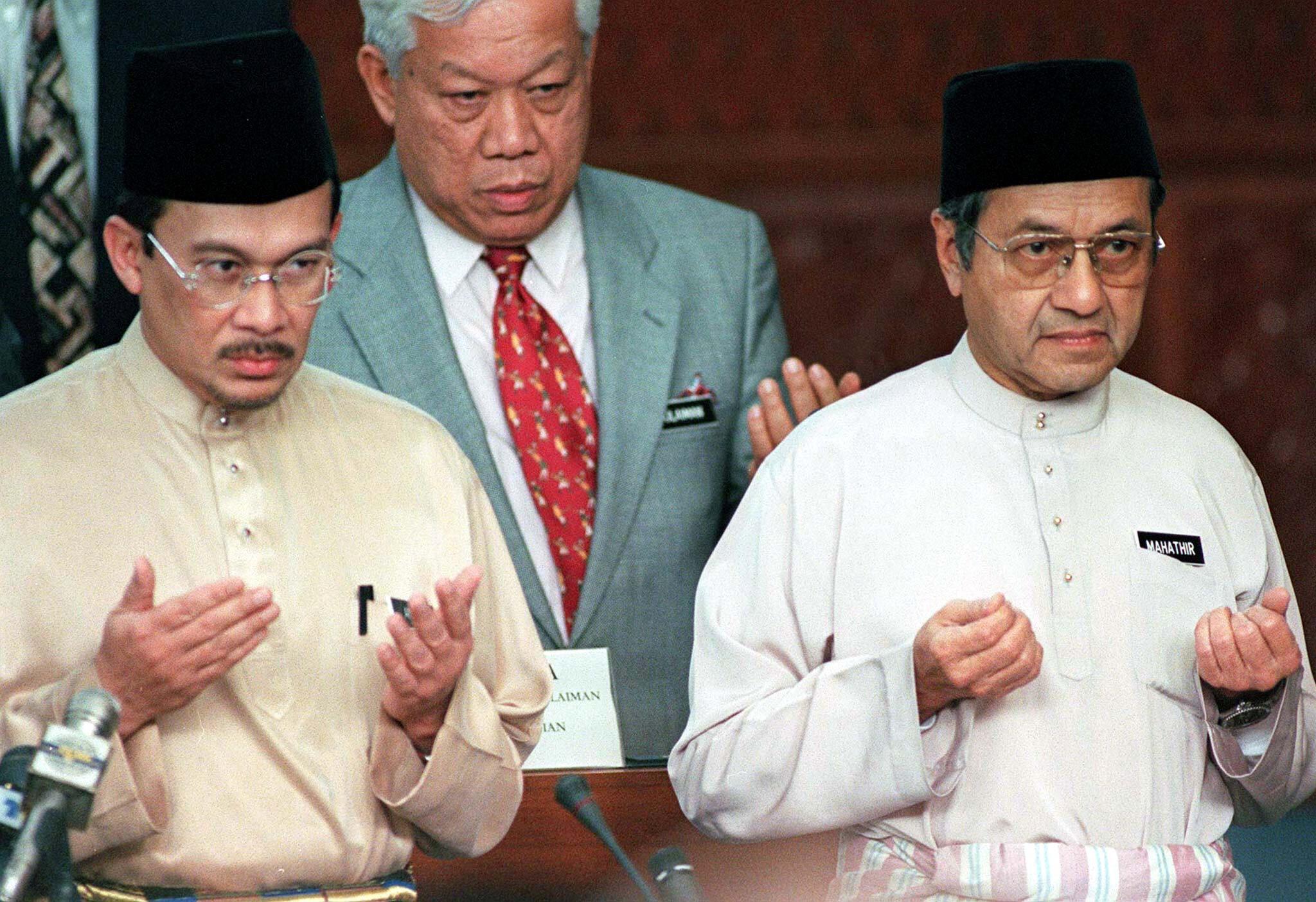 លោក Mahathir Mohamad (ស្តាំ) និងលោក Anwar Ibrahim (ឆ្វេង) រូបថត ឆ្នាំ១៩៩៨
