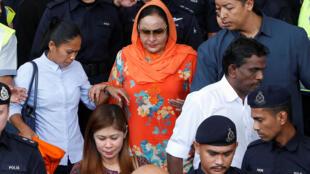លោកស្រី Rosmah Mansor ភរិយាអតីតនាយករដ្ឋមន្ដ្រី ណាជីព រ៉ាហ្សាក់ ចាកចេញពីតុលាការក្នុងក្រុងគូឡាឡាំពួរ ថ្ងៃព្រហស្បតិ៍ ទី០៤ តុលា ២០១៨