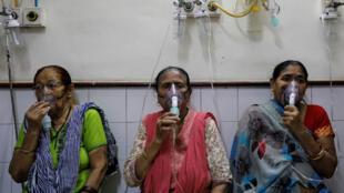 Ces trois femmes reçoivent des soins pour des problèmes respiratoires à l'hôpital de New Delhi, le 2 novembre 2018.