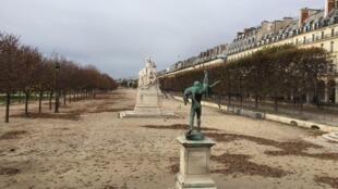 Espaços públicos como o Jardim das Tulherias, próximo ao Museu do Louvre, em Paris, ficaram fechados ao público.