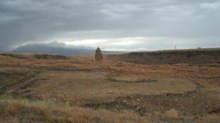 Армянская церковь на нейтральной территории между Турцией и Арменией. Сентябрь 2013 год
