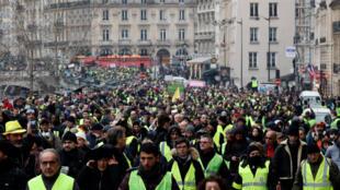 """برای هشتمین شنبه متوالی، یش از هزاران """"جلیقه زرد"""" روز شنبه ١۵ دی/ ۵ ژانویه ٢٠۱٩ در پاریس دست به تظاهرات زدند. همزمان در سایر شهرهای بزرگ فرانسه نیز تظاهراتی به راه افتاد."""