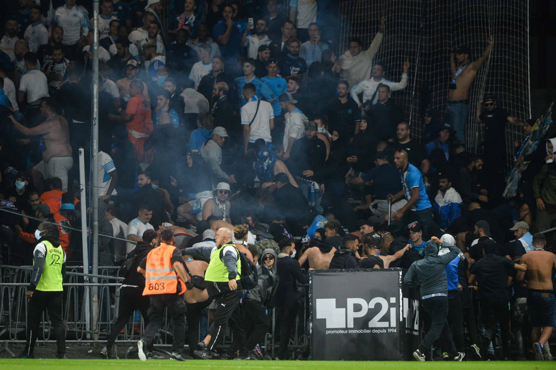 Des supporters de Marseille regagnent les tribunes après avoir envahi la pelouse lors du match à Angers, le 22 septembre 2021
