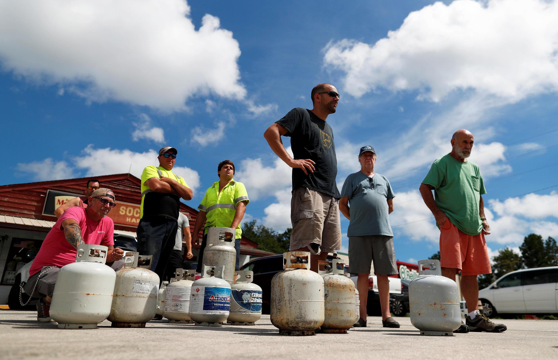 Des habitants de Myrtle Beach font des provisions de gaz avant l'arrivée de Florence, le 10 septembre 2018.