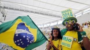Torcedores foram à reinauguração do estádio Maracanã, no Rio de Janeiro, que foi entregue sem estar completamente pronto.