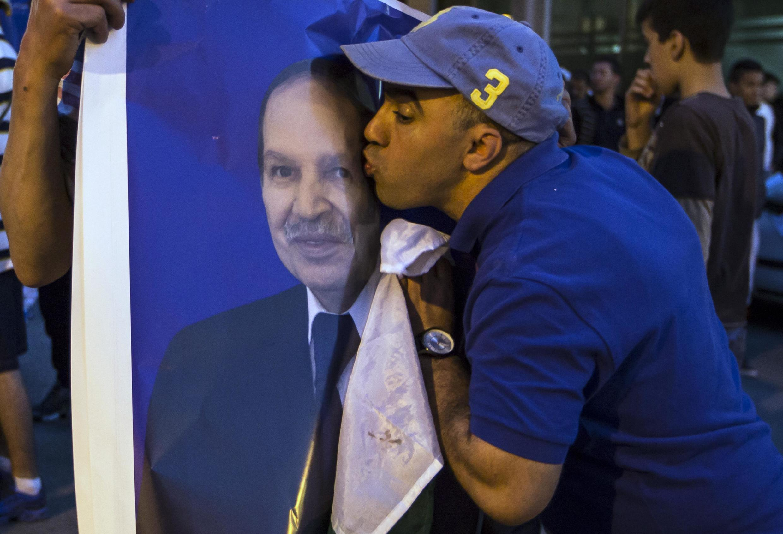 Французским журналистам отказали в визах в ответ на «недружелюбную кампанию» против властей Алжира. На фото -- пример дружелюбности: алжирец празднует 4-е избрание г-на Бутефлика на пост президента (2014)