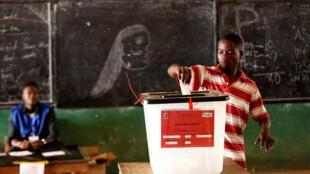 Um  eleitor vota na  segunda volta  da presidencial em Monrovia, capital da Liberia. 26 de Dezembro de 2017