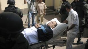 L'arrivée de l'ex-président Moubarak au tribunal, pour la poursuite de son procès. Au Caire, le 7 septembre 2011.