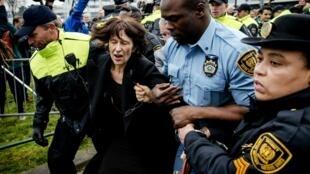 L'ancienne porte-parole du TPIY, Florence Hartmann, lors de son arrestation à La Haye, le 24 mars 2016.