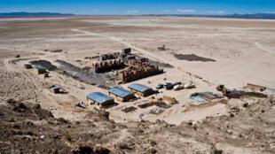 En plein désert, le chantier de l'usine pilote d'extraction de lithium financée par l'Etat bolivien, en 2009.