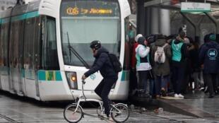 No décimo-terceiro dia de greve consecutivo em Paris, pessoas utilizam bicicletas e patinetes para evitar os metrôs, ônibus e bondes lotados. 15/12/19