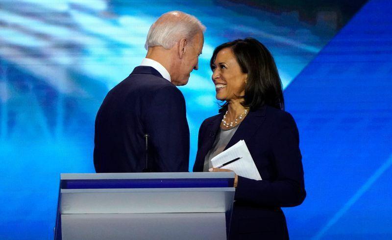 Rais mteule wa Marekani, Joe Biden akiteta jambo na naibu wake Kamala Haris