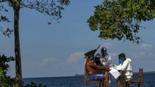 Des infirmiers réalisent un test rapide de Covid-19 au chef indigène Domingos, de la tribu Arapuim, à Santarém, le 19 juillet 2020.