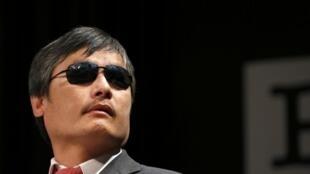 Nhà ly khai khiếm thị Trung Quốc Trần Quang Thành nói chuyện với các nhà báo tại New York, 03/05/2013