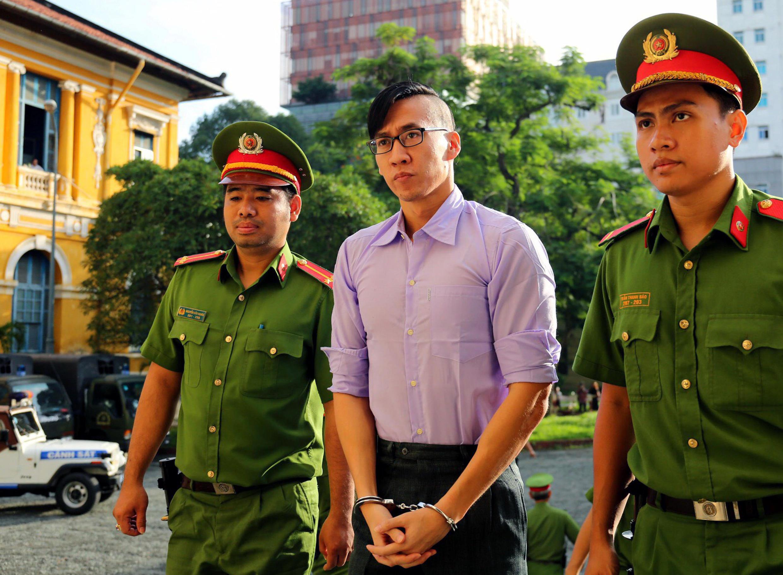 Việt kiều Mỹ Will Nguyen (G) được áp giải đến tòa án Thành phố Hồ Chí Minh, ngày 20/07/2018.