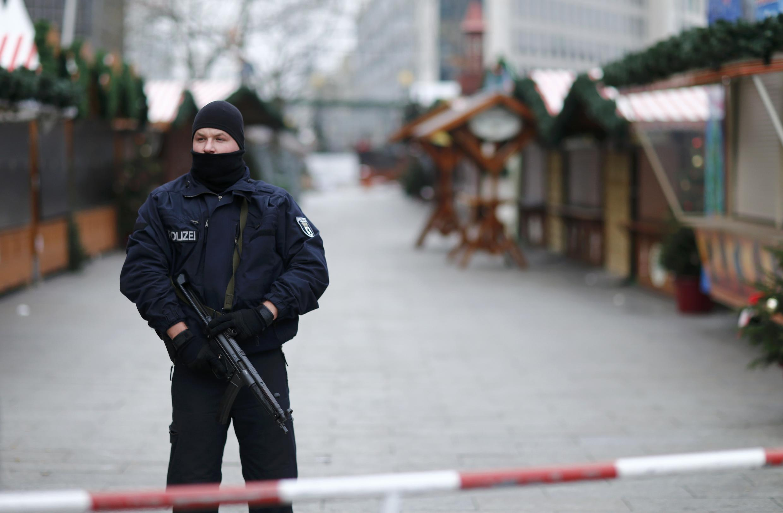 Polícia em frente ao mercado de Natal visado pelo atentado de 19 de Dezembro, em Berlim.
