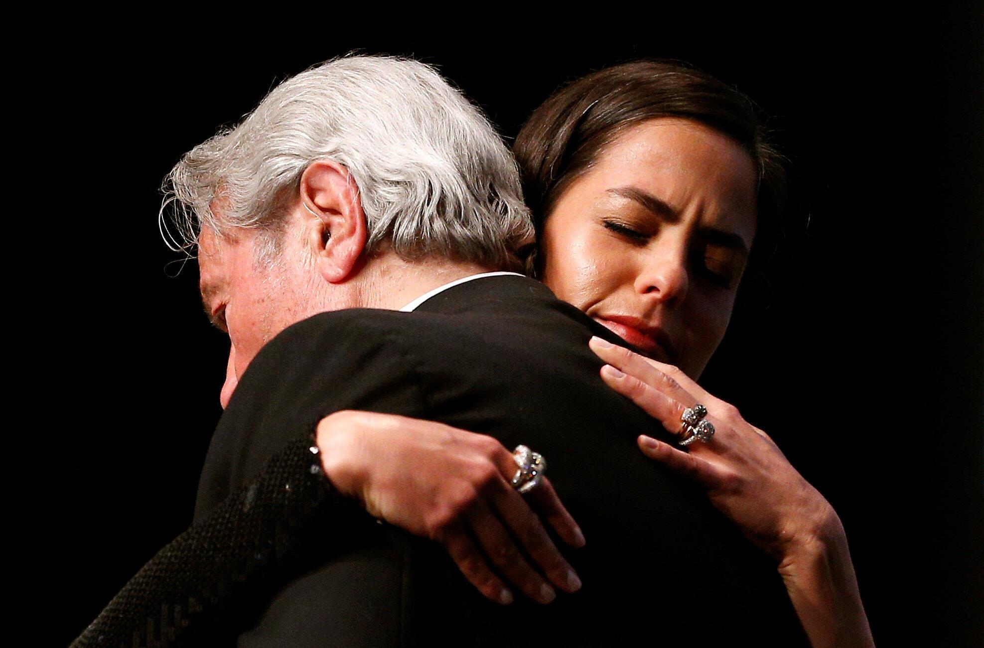 الن دلون در آغوش دخترش