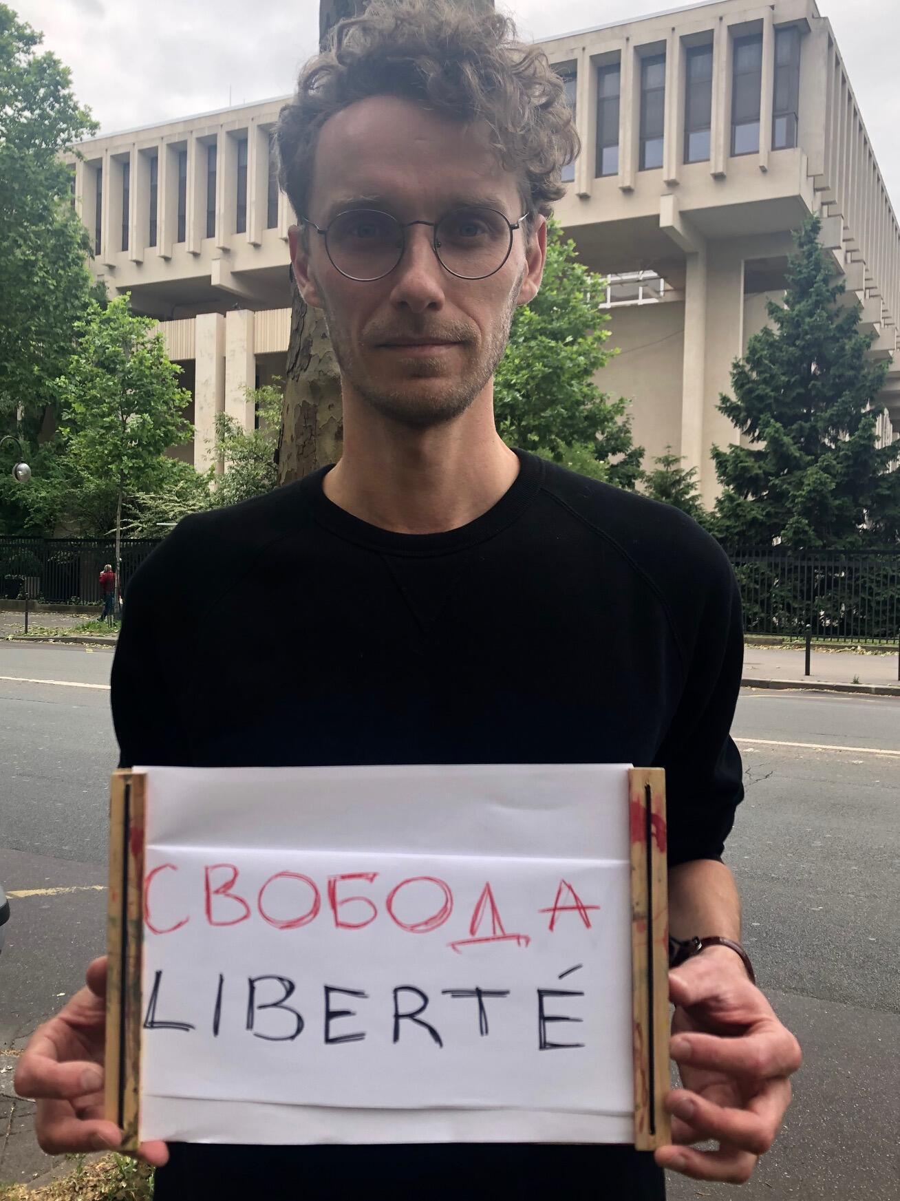 Композитор Эдуард Коновалов перед зданием российского посольства в Париже на акции в поддержку Ивана Голунова, 9 июня 2019