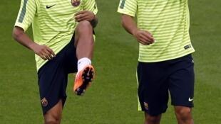 Neymar e Adriano durante treino para partida entre PSG e Barcelona, que acontecerá nesta terça-feira, pela 2ª rodada da fase de grupos da Uefa .