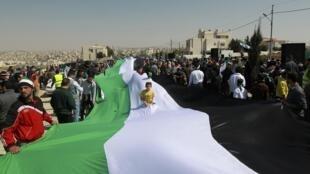 Insurgentes sírios usam bandeira para protestar contra o regime do presidente Bachar al-Assad.