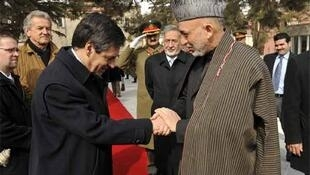 François Fillon shakes hands with Hamid Karzai in Kabul