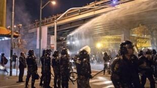 伊朗防暴警察向一所大学的示威者发射水砲2020年1月11日德黑兰
