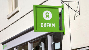 L'enseigne d'un magasin de charité de l'ONG Oxfam dans la ville de Corsham, dans le Wiltshire, au Royaume-Uni.