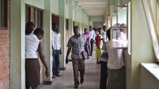 Des étudiants dans les couloirs de l'Université du Burundi (photo d'illustration).