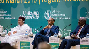 Rais wa Cameroon Paul Biya (kushoto), rais wa Rwanda Paul Kagame (katikati) na mkuu wa tume ya Afrika Mussa Faki Mahamat wakiwa kwenye mkutano wa Kigali, 20 Machi 2018.