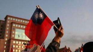 Un habitant de Taïpei agitant le drapeau taïwanais lors d'une manifestation pendant les dernières élections présidentielles.